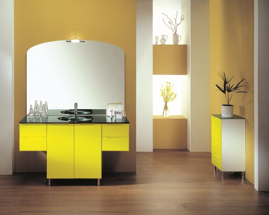 mobile bagno bianco con ante laccate gialle - Benigni Mobili