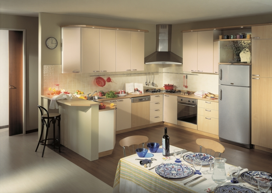 cucina con ante color mandorla/faggio e struttura bianca ...