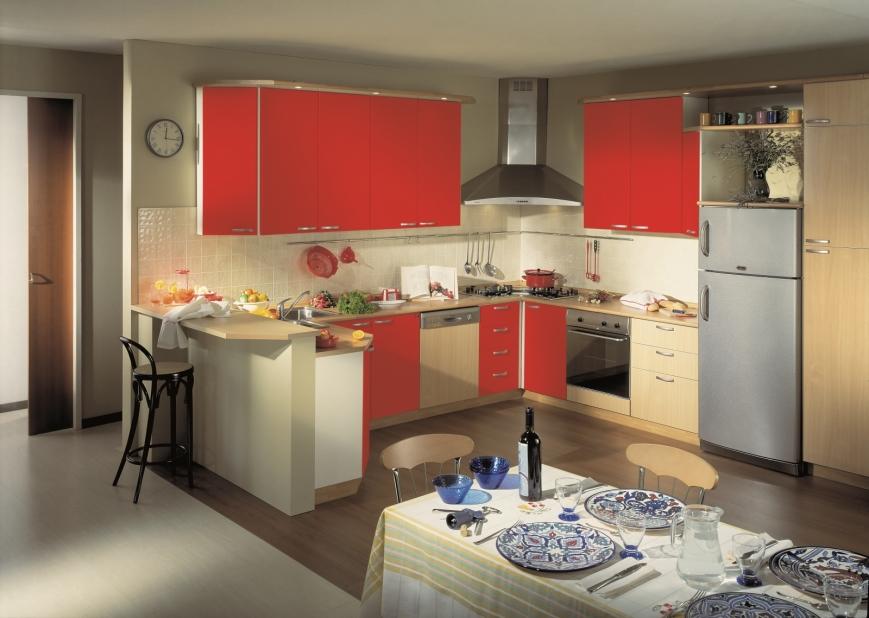 cucina con ante faggio e rosso su struttura bianca - Benigni Mobili