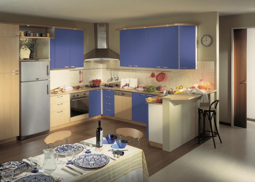 Composizione ad angolo con ante blu avio e faggio - Soluzioni angolo cucina ...