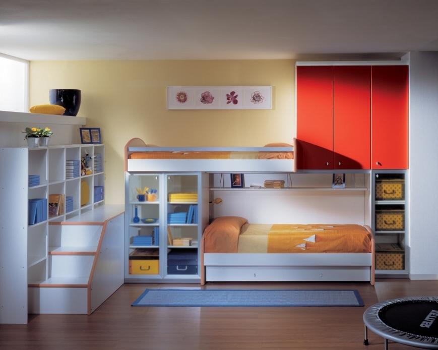 Cameretta con letto sopraelevato e struttura a ponte sotto benigni mobili - Spalliera per letto a ponte ...